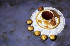 Fiesta del té de la tarde Taza de oro de la porcelana con cho del té y del postre Imagen de archivo