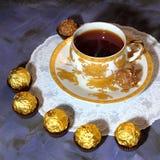 Fiesta del té de la tarde Taza de la porcelana con el chocolate del té y del postre Imagen de archivo