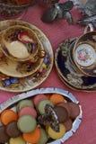 Fiesta del té del estilo del vintage con los macarrones y las fresas foto de archivo libre de regalías