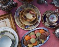Fiesta del té del estilo del vintage con los macarrones y las fresas fotografía de archivo libre de regalías
