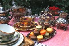 Fiesta del té del estilo del vintage con los macarrones y las fresas fotos de archivo