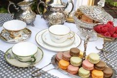 Fiesta del té del estilo del vintage con los macarrones y las fresas fotos de archivo libres de regalías