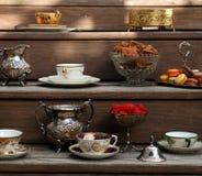 Fiesta del té del estilo del vintage con los macarrones y las fresas imagen de archivo