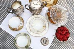 Fiesta del té del estilo del vintage con los macarrones y las fresas imagen de archivo libre de regalías