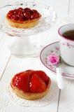 Fiesta del té romántica: tortas de la fruta y azalea de la flor Foto de archivo
