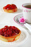 Fiesta del té romántica: tortas de la fruta y azalea de la flor Fotos de archivo libres de regalías
