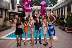 Fiesta en la piscina para el 21ro cumpleaños Juventud feliz Imágenes de archivo libres de regalías