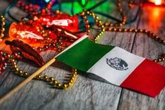 Fiesta: Mexicansk flagga bland present och garneringar arkivbild