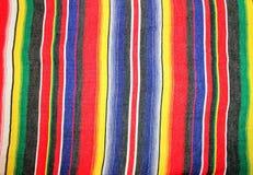 Fiesta tradicional del poncho de la manta de Mayo del cinco de México con las rayas Imagenes de archivo
