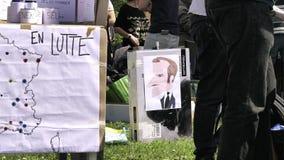 Fiesta un cuadrado central de Macron con los carteles múltiples almacen de video