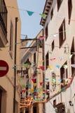 Fiestagata nära Barcelona med färgrika flaggor Royaltyfri Fotografi