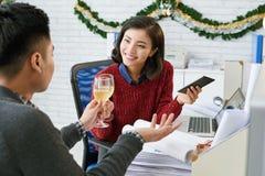 Fiestas en la oficina de la Navidad Imagen de archivo libre de regalías