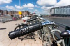 Fiets in Amsterdam wordt geparkeerd dat Royalty-vrije Stock Afbeeldingen