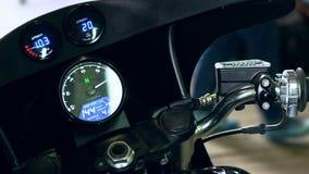 Fiets beginnende ontsteking Modern motorfiets digitaal dashboard stock footage