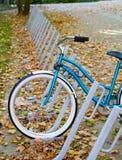 Fiets bij fietsenrek Royalty-vrije Stock Afbeeldingen