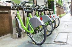 Fiets bij fietsparkeren Stock Foto