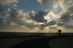 Fiets bij zonsondergang stock afbeeldingen