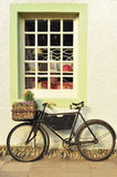 Fiets buiten een Ouderwetse Winkel Royalty-vrije Stock Foto