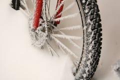 Fiets in de sneeuw Stock Afbeeldingen
