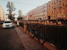 Fiets in de stad stock afbeeldingen
