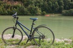 Fiets dichtbij de rivier van Donau in Oostenrijk Stock Afbeeldingen