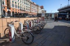 Fiets die de dienstrekken in Genua, Italië delen royalty-vrije stock afbeeldingen
