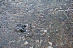 Fiets die in de rivier, Kyoto Japan wordt gedumpt Stock Afbeelding