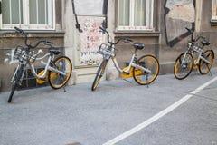 Fiets die, fietsen in rij delen royalty-vrije stock foto