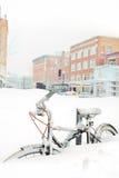 Fiets die in Sneeuw wordt begraven stock fotografie