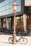 Fiets die tegen een straatlantaarn leunen Royalty-vrije Stock Fotografie