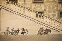 Fiets door een historische trap in Pisa in uitstekende toon stock foto