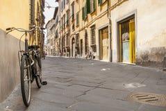 Fiets een straat van Toscanië Stock Afbeeldingen