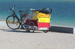 Fiets en cabine op het strand Stock Foto