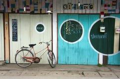 Fiets en kleurrijke deuren, Pai, Stock Afbeelding