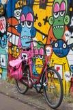 Fiets en kleurrijke muur royalty-vrije stock fotografie