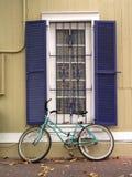 Fiets en venster Stock Fotografie
