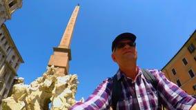 Fiets het berijden in Navona-Vierkant in het zelfschot van Rome FDV stock video