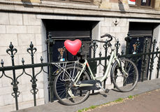Fiets met een hart op de boomstam in Amsterdam Royalty-vrije Stock Foto's
