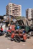 Fiets met gashouders in slecht district Colaba, Mumbai stock foto's