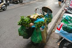 Fiets met kruidenierswinkels en gomlaarzen wordt geladen op bovenkant die Vietnam stre Stock Foto's