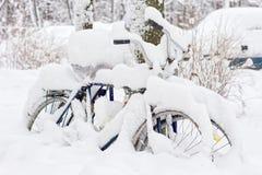 Fiets met sneeuw wordt behandeld die royalty-vrije stock fotografie