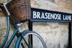 Fiets naast Brasenose-Steegteken buiten Universitair Co van Oxford Stock Afbeelding