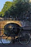 Fiets op Brug, Holland Stock Afbeeldingen