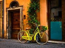 Fiets op de straat in Rome wordt geparkeerd dat stock fotografie