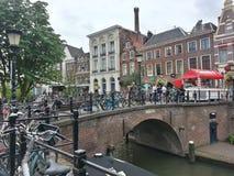 Fiets op een brug in de Nederlandse stad van Utrecht Stock Fotografie