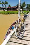 Fiets op een houten pijler dichtbij Paramaribo, kapitaal van Surina stock afbeeldingen