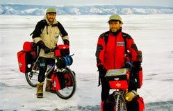 Fiets op het ijs van Baikal, een gang met een fiets door de winter Baikal royalty-vrije stock fotografie
