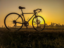 Fiets op het landelijke beeld van het strolandschap met Silhouetochtend Stock Foto