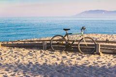 Fiets op het strand, Su Barone strand op Sardinige, Italië wordt geparkeerd, dichtbij aan Orosei, actieve manier om tijd en vakan Stock Afbeeldingen