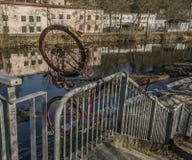 Fiets op leuning over Jizera-rivier royalty-vrije stock foto